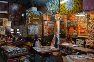 首都ダルエスサラーム郊外にあるティンガティンガ派絵画の工房